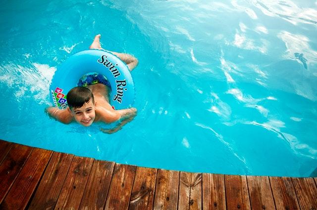 Attività di nuoto in piscina